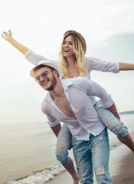 Vida Feliz – Vida Saludable pareja feliz en la playa