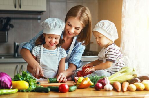 dieta saludable familia feliz cocinando recetas para bajar de peso